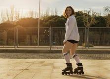 Женщина катаясь на коньках с короткой чернотой стоковые изображения