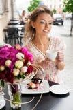женщина кафа счастливая Стоковые Изображения