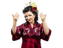 Женщина кимоно кавказская приглашая вас стоковая фотография