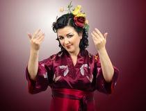 Женщина кимоно кавказская спрашивая, что вы пришли внутри стоковые изображения