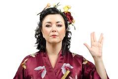 Женщина кимоно показывая салют Vulcan стоковая фотография