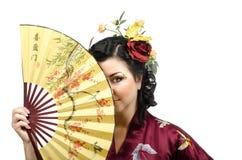 Женщина кимоно пряча ее сторону за вентилятором стоковая фотография rf