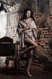 женщина кирпичной стены предпосылки стоковое изображение rf
