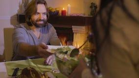 Женщина кладет салат на плиту ` s человека акции видеоматериалы