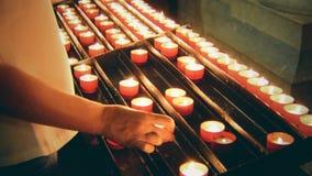 Женщина кладет свечу акции видеоматериалы