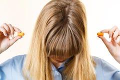 Женщина кладя беруши стоковое изображение rf