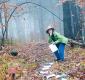Женщина кладя документацию Стоковое фото RF