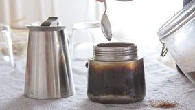 Женщина кладя и делая кофе на кухонном столе сток-видео
