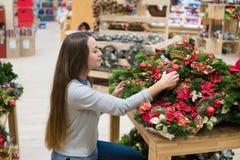 Женщина клиента выбирая украшения рождества стоковое фото