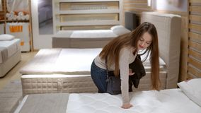 Женщина клиента покупая новую мебель - софа или кресло в магазине акции видеоматериалы