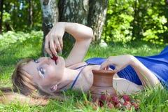 женщина клубники травы Стоковое Фото