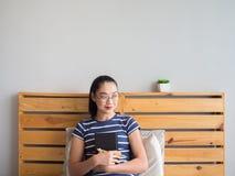 Женщина книга чтения на кровати стоковое фото rf