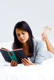 Женщина книги отдыха Стоковое Изображение RF