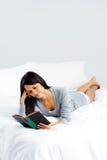 Женщина книги отдыха Стоковые Изображения RF
