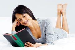 Женщина книги отдыха Стоковое Изображение