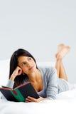 Женщина книги отдыха Стоковые Изображения