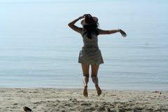 Женщина ковбоя скача на пляж Стоковые Фотографии RF