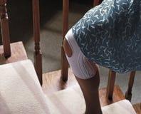 женщина колена ушиба Стоковые Изображения RF