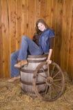 женщина колеса фуры бочонка Стоковые Изображения