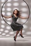 женщина кольца металла сидя Стоковые Изображения
