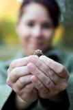 женщина кольца удерживания Стоковые Фото