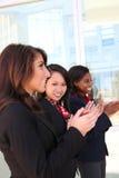 женщина команды дела clapping Стоковое Изображение RF