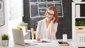 Женщина коммерсантки с компьютером и мобильным телефоном Стоковая Фотография RF