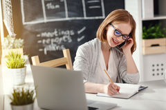 Женщина коммерсантки с компьютером и мобильным телефоном Стоковое фото RF
