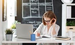 Женщина коммерсантки с компьютером и мобильным телефоном Стоковые Изображения RF