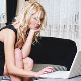 женщина комнаты компьтер-книжки Стоковое Изображение