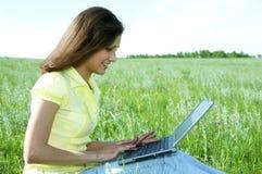 женщина компьтер-книжки зеленого цвета травы милая Стоковые Изображения