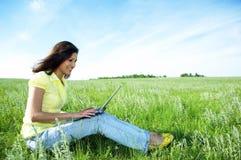 женщина компьтер-книжки зеленого цвета травы милая Стоковое Изображение RF