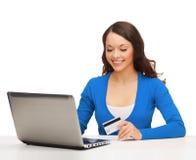 женщина компьтер-книжки кредита компьютера карточки счастливая Стоковое Изображение
