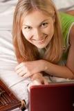 женщина компьтер-книжки кровати Стоковая Фотография