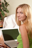 женщина компьтер-книжки кровати Стоковое Фото