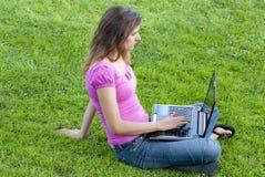 женщина компьтер-книжки травы Стоковое Изображение RF
