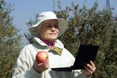 женщина компьтер-книжки яблока пожилая Стоковая Фотография RF