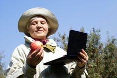 женщина компьтер-книжки яблока пожилая Стоковые Фотографии RF
