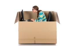 женщина компьютера бормотушк коробки стоковая фотография rf
