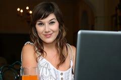 женщина компьютера брюнет симпатичная Стоковое Изображение RF