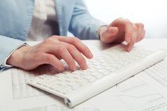 женщина компьютера вручает печатать на машинке клавиатуры Стоковое Фото