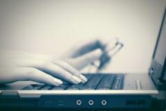 женщина компьютера вручает печатать на машинке клавиатуры Стоковая Фотография RF