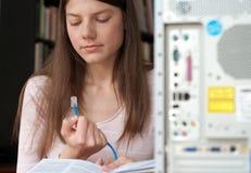 женщина компьютера кабеля стоковые изображения rf