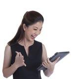 Женщина компьютера таблетки выигрывая счастливое excited Стоковая Фотография