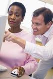 женщина компьютера учя возмужалого студента искусств Стоковое фото RF