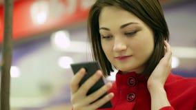 Женщина конца-вверх печатая на приборе smartphone видеоматериал