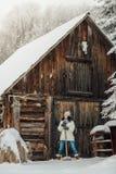 Женщина копая снег в зиме Стоковые Фотографии RF