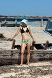 Женщина кораблекрушением на пляже стоковое фото rf