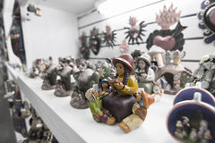 Женщина коренного американца с статуей детей Стоковая Фотография RF