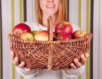 женщина корзины яблок полная Стоковая Фотография